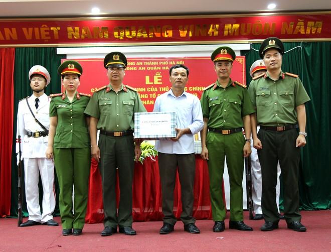 Nhân dịp này, Đảng ủy - Ban chỉ huy CAQ Hà Đông cũng trao tặng món quà cho thân nhân liệt sỹ Trịnh Văn Đường