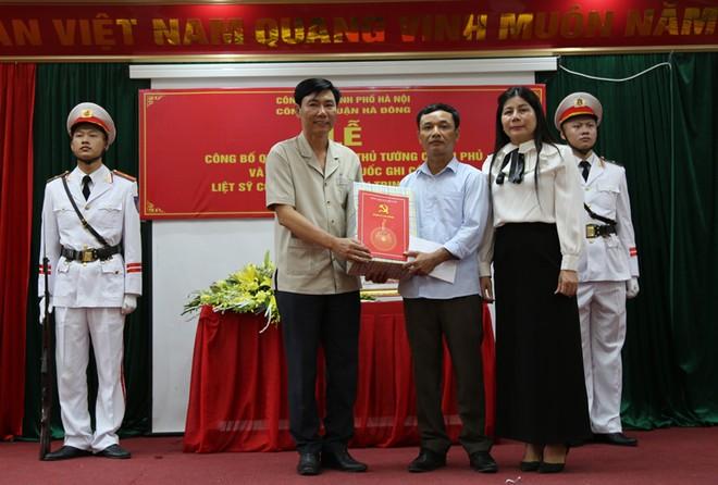 Đại diện lãnh đạo Quận ủy, UBND quận Hà Đông tặng quà cho thân nhân liệt sỹ Trịnh Văn Đường