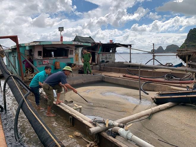 Một trong những tàu cát bị lực lượng Cảnh sát môi trường Công an tỉnh Quảng Ninh bắt giữ