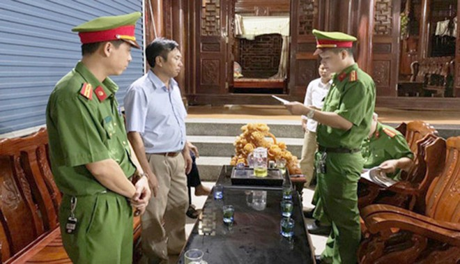 Cơ quan CSĐT Công an tỉnh Nghệ An đọc lệnh bắt khẩn cấp và khám xét nơi ở của ông Sơn