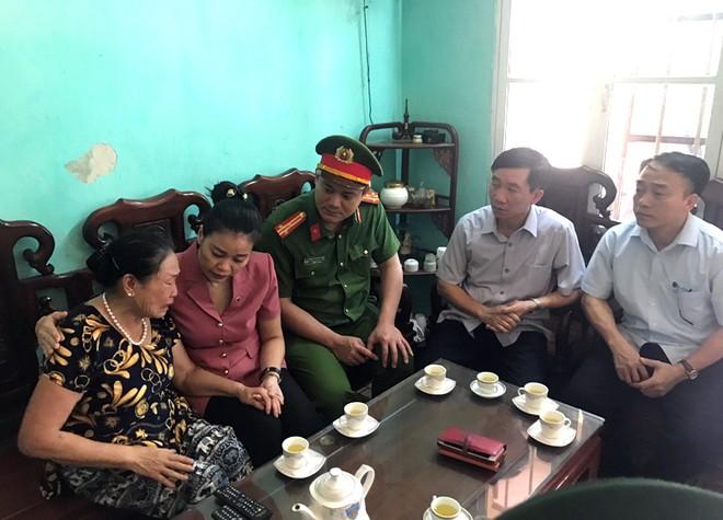 Đoàn công tác huyện Mỹ Đức thăm, động viên, tặng quà thân nhân gia đình liệt sỹ Đại tá Nguyễn Huy Thịnh