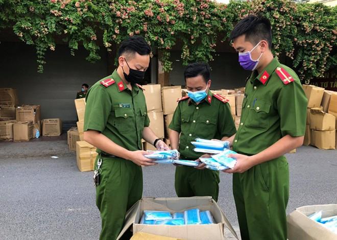 Lực lượng chức năng kiểm tra lô hàng khẩu trang không rõ nguồn gốc