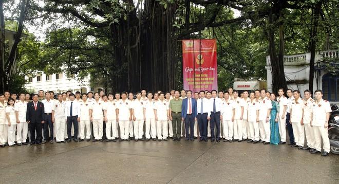 Đại diện lãnh đạo Bộ Công an, Báo Nhân dân và các Bộ, ban, ngành cùng điển hình tiên tiến CAND dự chương trình chụp ảnh lưu niệm