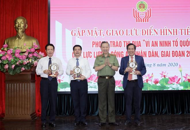 Bộ trưởng Tô Lâm tặng đại diện lãnh đạo các Bộ, ban, ngành và Báo Nhân Dân Kỷ niệm chương