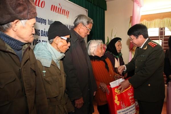 Đồng chí Thứ trưởng tặng quà các hộ gia đình khó khăn ở xã Lão Hộ, huyện Yên Dũng