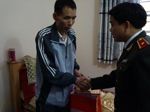 Thiếu tướng Nguyễn Đức Chung thăm, chúc Tết nguyên lãnh đạo CATP và CBCS mắc bệnh nặng ảnh 5