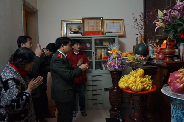 Giám đốc CATP thắp hương tưởng nhớ đồng chí Nguyễn Văn Tính - nguyên Thứ trưởng Bộ Công an