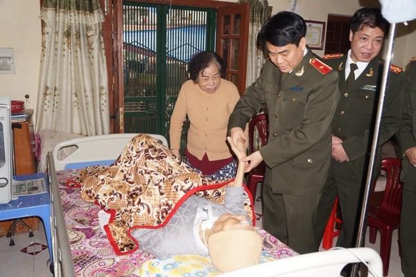 Thiếu tướng Nguyễn Đức Chung, Giám đốc CATP ân cần thăm hỏi sức khỏe đồng chí Nguyễn Văn Tình Thiếu tướng Nguyễn Đức Chung chúc Tết đồng chí Trần Đức Long