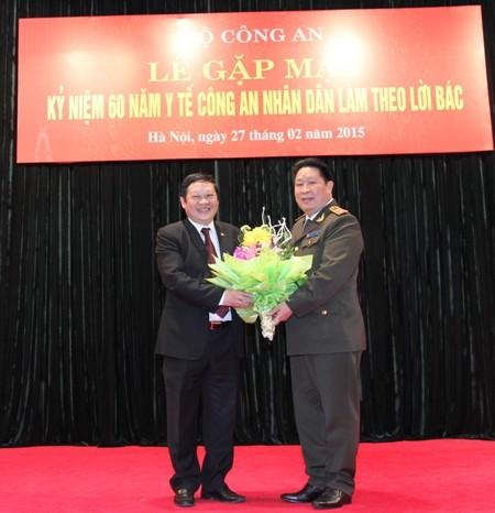 Trung tướng Bùi Văn Thành chúc mừng, cảm ơn Thứ trưởng Bộ Y tế Nguyễn Viết Tiến