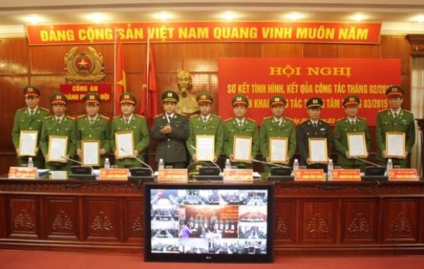 Thiếu tướng Nguyễn Đức Chung trao các quyết định khen thưởng cho tập thể, cá nhân lập thành tích xuất sắc