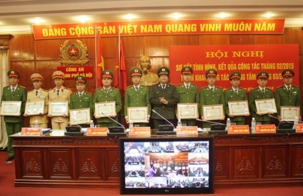 Thiếu tướng Lưu Quang Hợi trao các quyết định khen thưởng cho tập thể, cá nhân lập thành tích xuất sắc