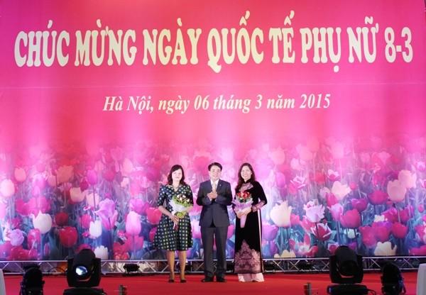 Thiếu tướng Nguyễn Đức Chung chúc mừng và cảm ơn các đồng chí Nguyễn Thị Ngọc Thanh và Ngô Hoài Thu