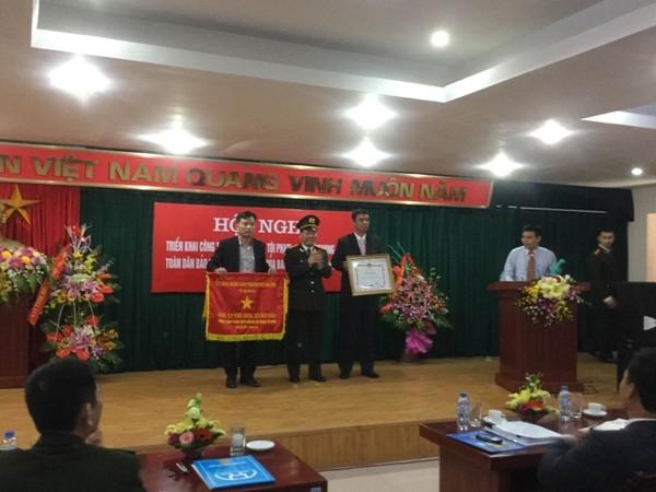 Đại tá Đoàn Ngọc Hùng trao quyết định khen thưởng cho đại diện tập thể lập thành tích xuất sắc của huyện Gia Lâm