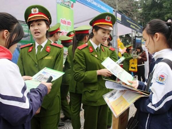 Học viên Học viện CSND tăng cường cùng Công an Hà Nội đảm bảo an toàn mùa thi