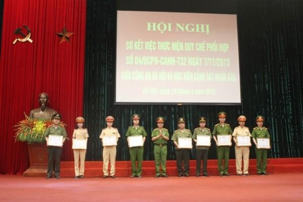 Trung tướng Nguyễn Xuân Yêm trao quyết định khen thưởng cho các tập thể, cá nhân có thành tích xuất sắc trong công tác phối hợp