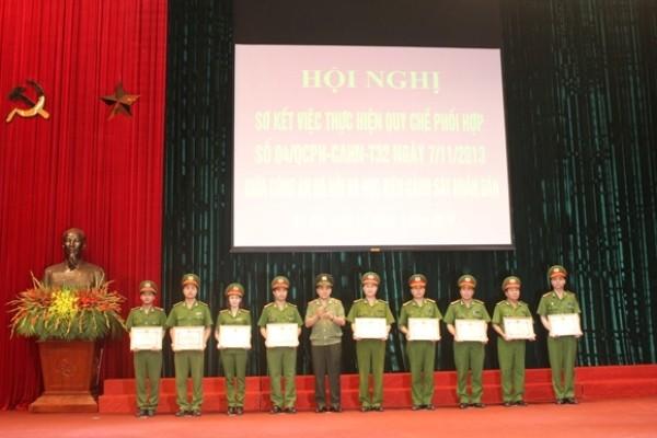 Thiếu tướng Nguyễn Đức Chung trao quyết định khen thưởng cho các tập thể, cá nhân có thành tích xuất sắc trong công tác phối hợp