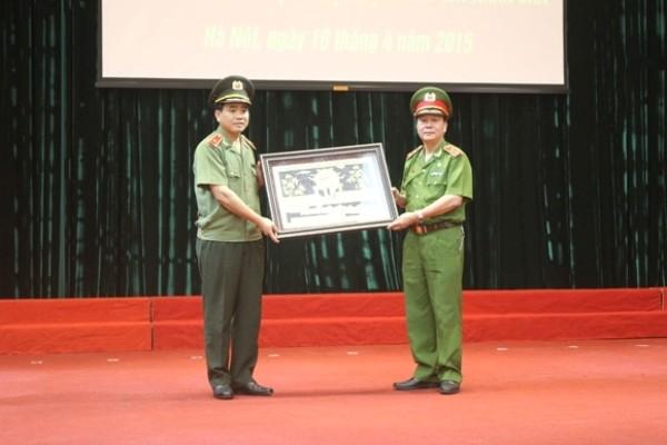 Giám đốc CATP và Giám đốc Học viện CSND tặng quà lưu niệm giữa hai đơn vị