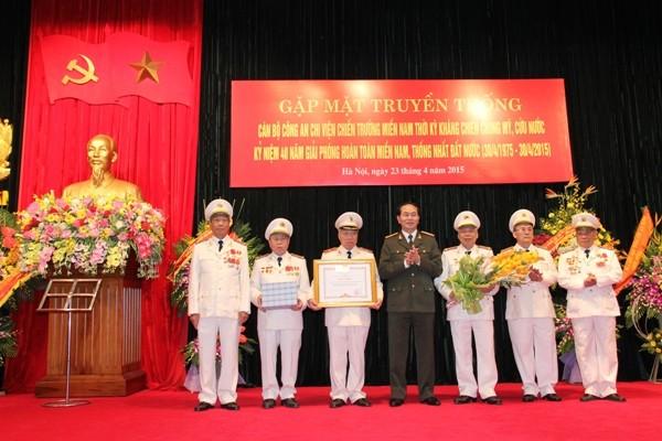 Đại tướng Trần Đại Quang, Bộ trưởng Bộ Công an trao Bằng khen của Thủ tướng Chính phủ tặng cho Ban liên lạc cán bộ Công an chi viện chiến trường miền Nam
