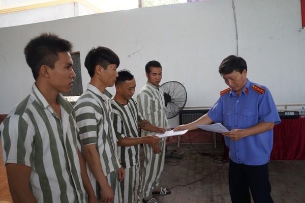"""Đại diện Viện KSND TP Hà Nội trao quyết định giảm án cho các phạm nhân """"Ngày về"""" đã rất gần"""