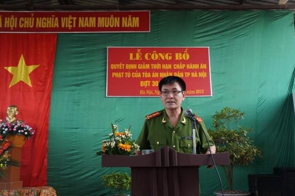 Đại tá Đặng Hữu Tín - Giám thị trại tạm giam số 2 dặn dò các phạm nhân được và chưa được xét giảm án, tha tù