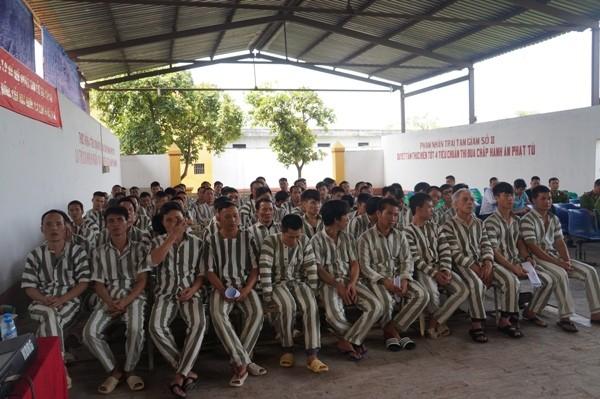 Các phạm nhân tại lễ công bố giảm án tha tù sáng nay, 27-4