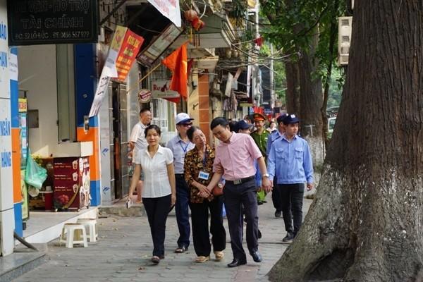 Các tổ tuyên truyền phường Phạm Đình Hổ trên đường làm nhiệm vụ