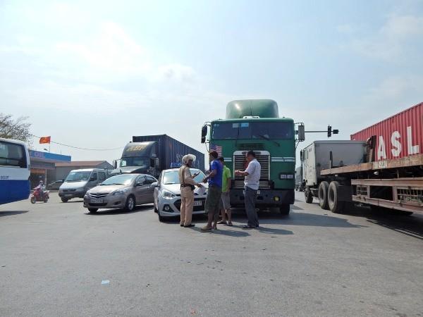"""Xe container """"dính"""" chặt taxi, quốc lộ 5 kẹt cứng ảnh 1"""