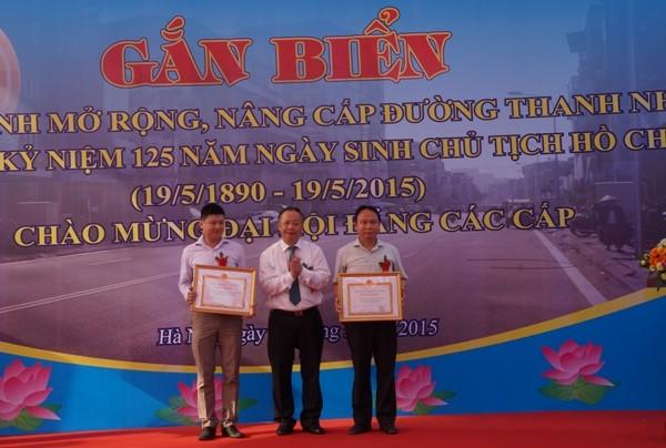 Đồng chí Nguyễn Văn Sửu - Phó chủ tịch UBND TP trao quyết định khen thưởng cho BQL dự án và Ban Bồi thưởng GPMB quận Hai Bà Trưng