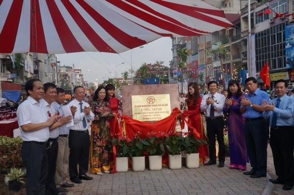 Các đồng chí lãnh đạo gắn biển công trình đường Thanh Nhàn