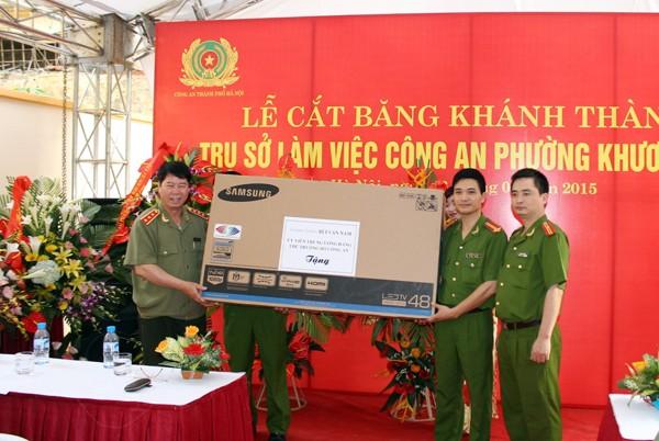 Thượng tướng Bùi Văn Nam tặng quà, chúc mừng CBCS CAP Khương Mai