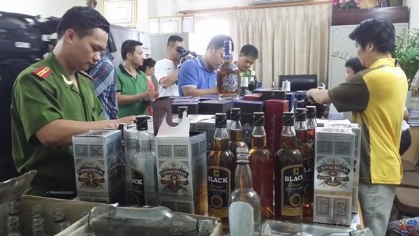 Cơ quan Công an kiểm đếm số rượu giả, chiều 4-9