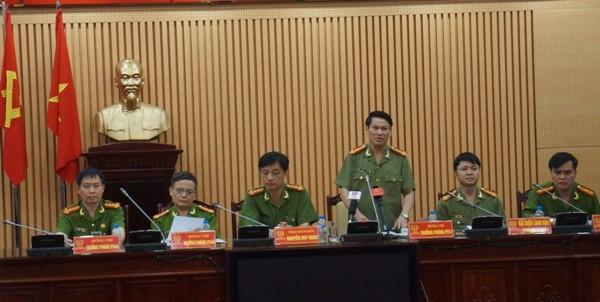Đại tá Nguyễn Văn Viện thông tin và trả lời câu hỏi của các phóng viên