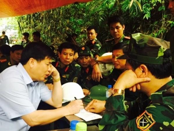 Lực lượng chức năng bàn thảo phương án cứu hộ