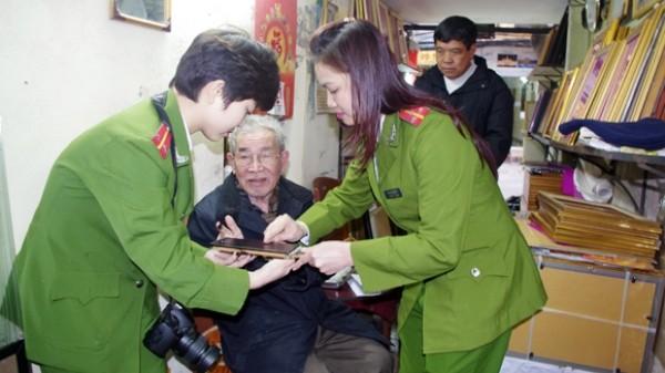 Đến nhà phục vụ nhân dân - hình ảnh đẹp của người chiến sỹ Công an Hà Nội