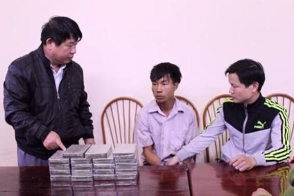 Ly A Vàng (giữa) bị bắt cùng 19 bánh heroin