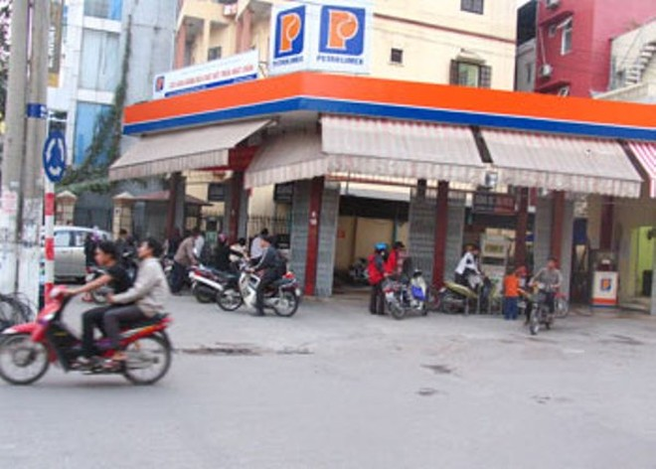 Cây xăng trên đường Trần Khát Chân