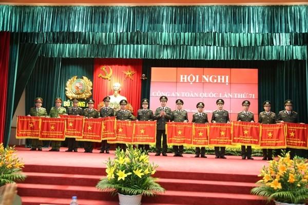 Đại tướng Trần Đại Quang trao Cờ thi đua Chính phủ cho các tập thể lập thành tích xuất sắc