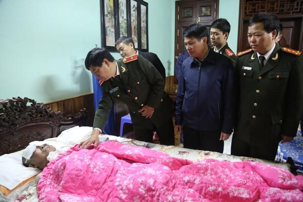 Thiếu tướng Đoàn Duy Khương cùng đoàn công tác ân cần thăm hỏi Đại tá Phan Cao Thu
