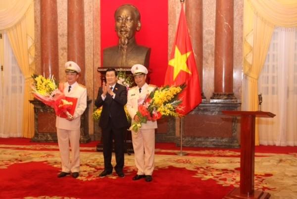 Chủ tịch nước Trương Tấn Sang trao Quyết định thăng cấp bậc hàm Thượng tướng và chúc mừng Thứ trưởng Nguyễn Văn Thành cùng Thứ trưởng Phạm Dũng