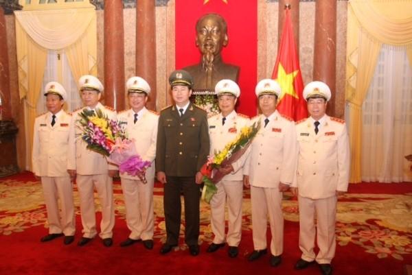 Bộ trưởng Trần Đại Quang cùng các đồng chí lãnh đạo Bộ Công an chúc mừng Thứ trưởng Nguyễn Văn Thành và Thứ trưởng Phạm Dũng