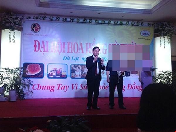 """Nguyễn Thế Anh """"diễn thuyết"""" tại một hội nghị"""