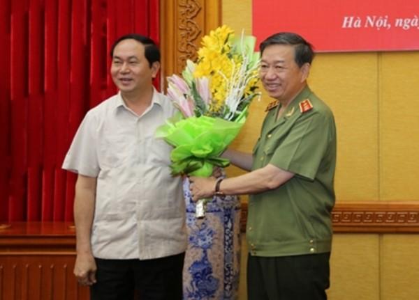 Chủ tịch nước Trần Đại Quang tặng hoa chúc mừng Bộ trưởng Tô Lâm