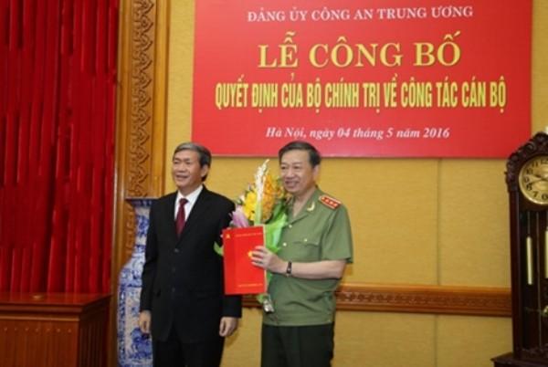 Đồng chí Đinh Thế Huynh trao Quyết định của Bộ Chính trị phân công Thượng tướng Tô Lâm giữ chức Bí thư Đảng ủy Công an trung ương