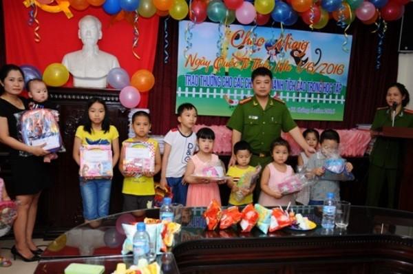 Trung tá Lê Việt Dũng tặng quà cho các cháu nhân ngày Quốc tế thiếu nhi