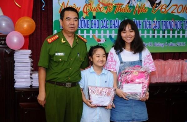 Thượng tá Đinh Gia Quyết - phó trưởng phòng trao phần thưởng cho 02 cháu đạt giải trong kỳ thi cấp huyện.