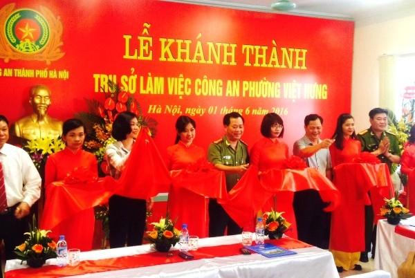 Các đồng chí lãnh đạo CATP và quận Long Biên cắt băng khánh thành trụ sở CAP Việt Hưng