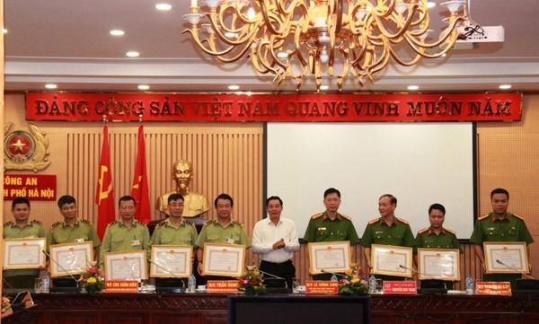 Ông Lê Hồng Sơn - Phó chủ tịch UBND Thành phố trao Bằng khen của Thành phố cho các tập thể, cá nhân lập thành tích xuất sắc trong thực hiện Quy chế phối hợp