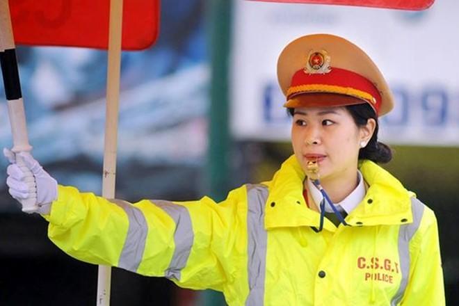 Những nữ CSGT đứng phân luồng làm nhiệm vụ đã góp phần đảm bảo ATGT trên địa bàn Thủ đô