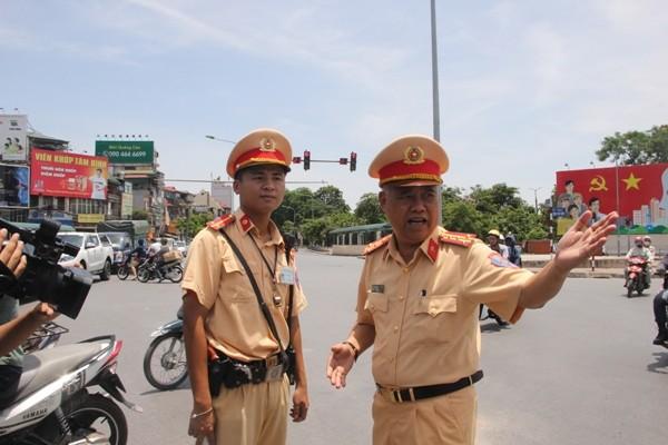 Đại tá Đào Vịnh Thắng, Trưởng Phòng CSGT hướng dẫn phương án phân luồng chống ùn tắc cho CBCS