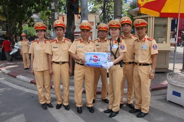 Đại tá Đào Vịnh Thắng cùng chỉ huy các đơn vị tặng nước động viên CBCS làm nhiệm vụ trong thời tiết nắng nóng 40 độ C